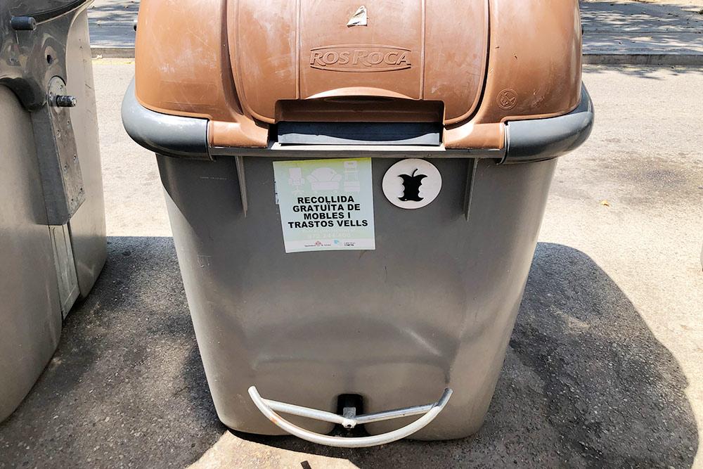 Контейнер дляорганических отходов. На нем есть наклейка с номером телефона длябесплатного вывоза крупногабаритного мусора