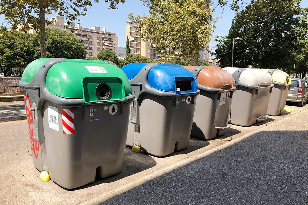 Мусорные контейнеры слева направо: длястекла, картона, органических отходов, несортируемых остатков и длялегкой упаковки. На контейнерах есть педаль, чтобы их можно было открыть безпомощи рук