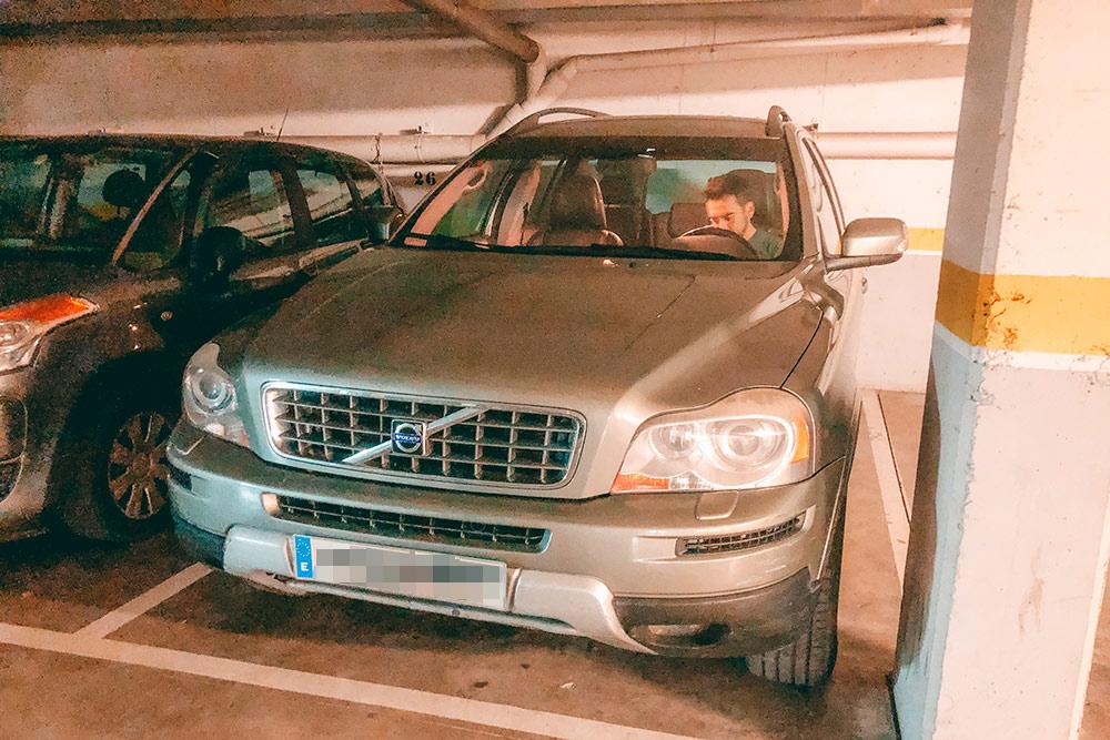 Наша машина на парковке на цокольном этаже дома. Мы спускаемся сюда на лифте из подъезда, не выходя на улицу