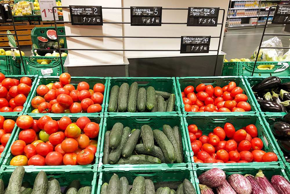 Овощи на прилавке Bonpreu