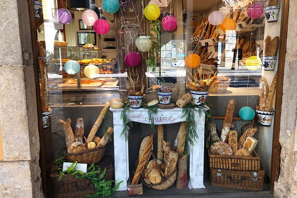 Витрина любимой пекарни Bellsolà