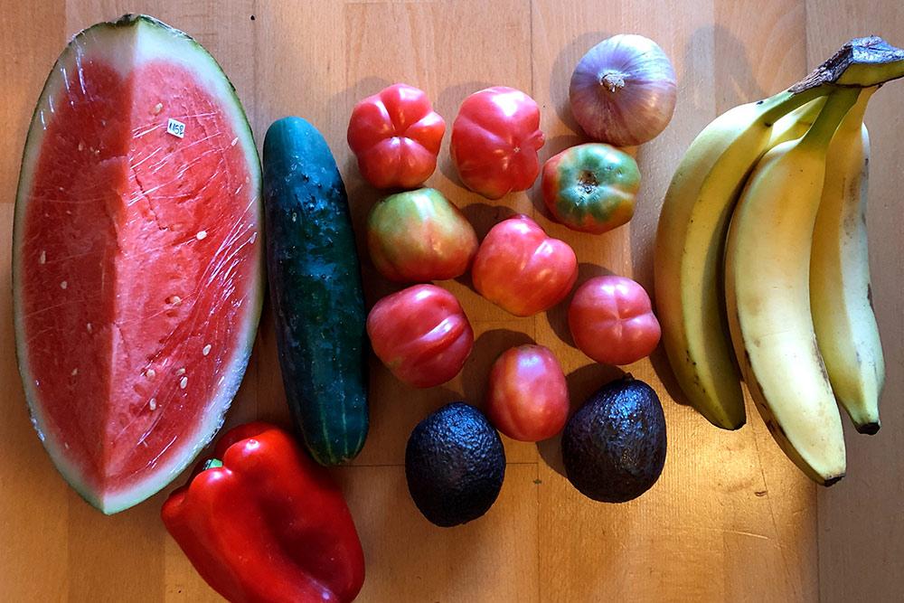 Овощи и фрукты на несколько дней. Мы купили их во фруктовой лавке