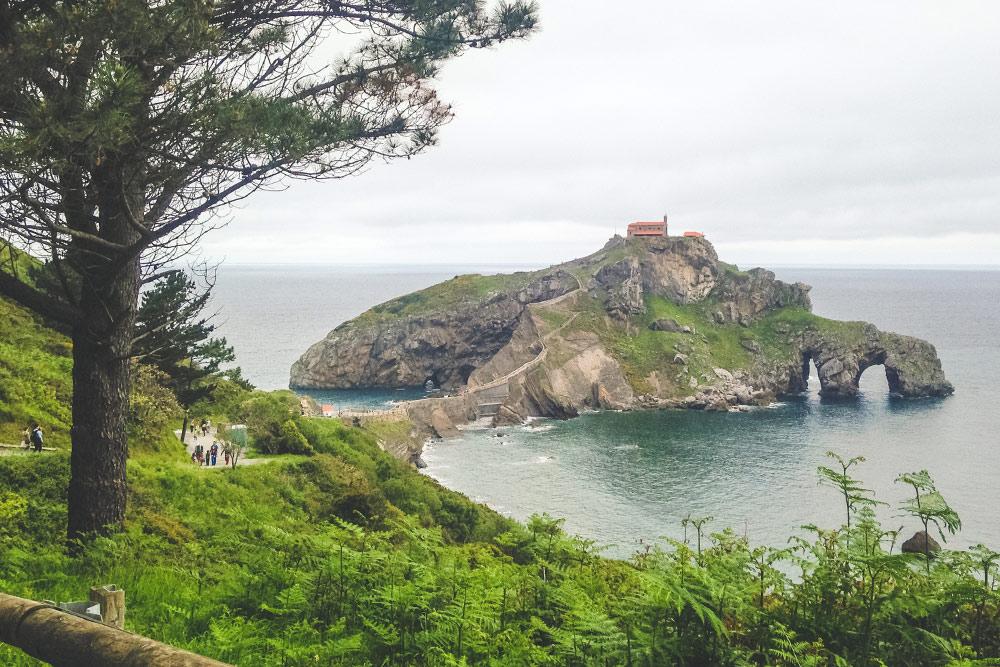 Монашеский скит на полуострове Гастелугаче в Стране Басков