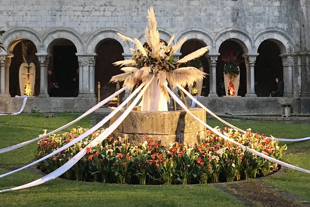 Инсталляция из цветов во дворике монастыря Святого Петра