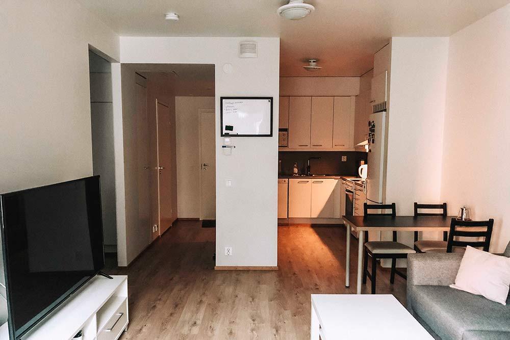 У нас двухкомнатная квартира площадью 48м². Это вид изгостиной накухню иприхожую