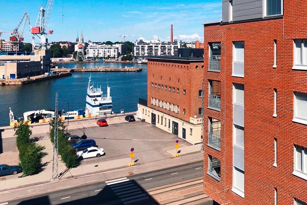 С нашего балкона открывается вид наодну изгаваней Хельсинки