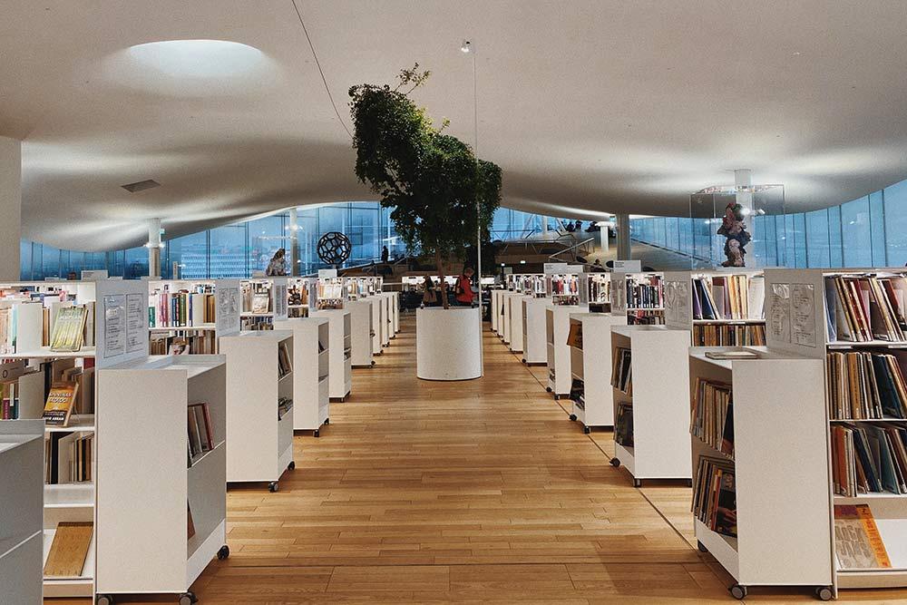 Уютный читальный зал сотдельной зоной длядетей. Всекниги всвободном доступе