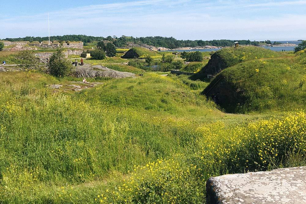 Это остров-форт Суоменлинна, куда можно добраться напароме отпричала наТорговой площади. Дляпроезда понадобится обычный городской билет назонуAB, который стоит около 3€