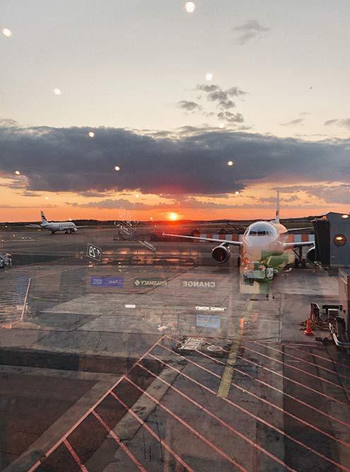 Пока ждала рейс вАмстердам, сфотографировала красивый финский закат