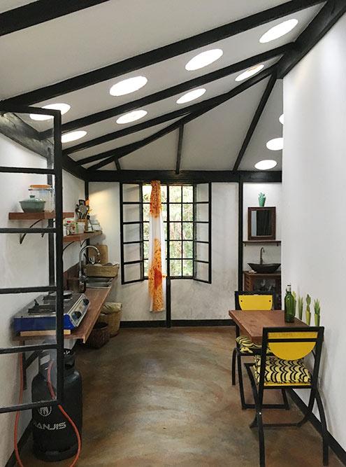 Слева маленькая кухня, которой янепользовалась: домик располагался натерритории отеля ияниразу неготовила дома. Душ итуалет зауглом, горячая вода — через обогреватель