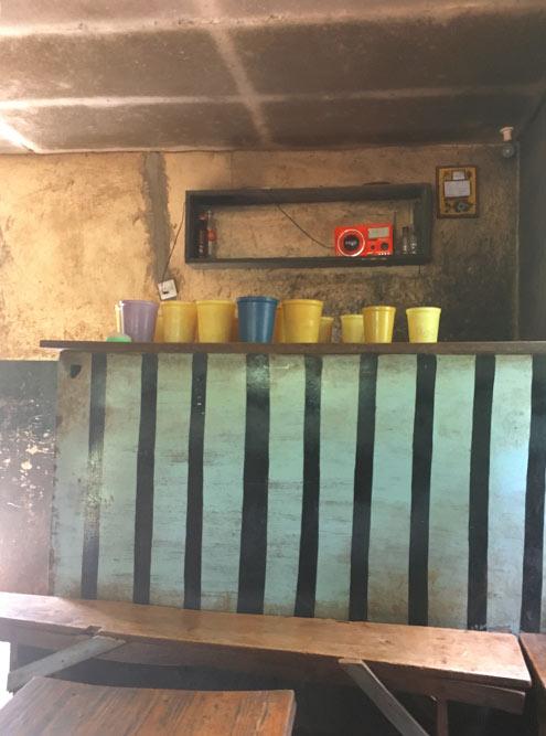 А так&nbsp;это банановое пиво продается в&nbsp;местном баре — в ведерках по 500&nbsp;TZS (16&nbsp;<span class=ruble>Р</span>). Это&nbsp;один из&nbsp;немногих баров без&nbsp;решеток