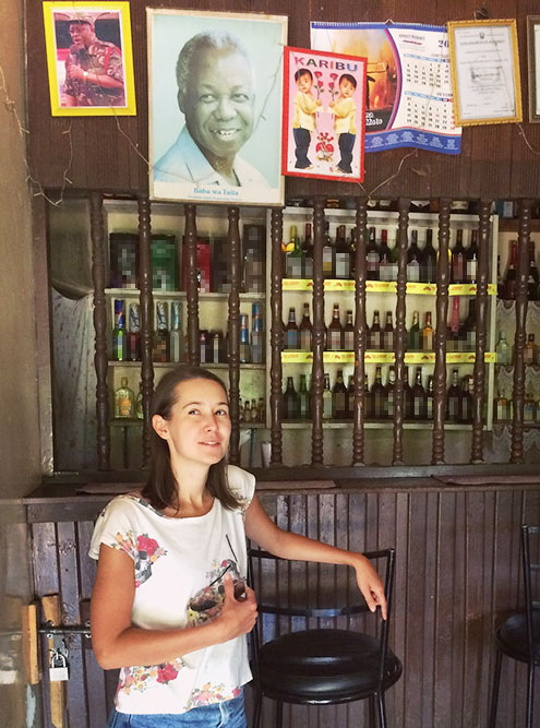 Еще один бар срешеткой. Замной — большая фотография первого президента страны Джулиуса Ньерре, которого всеуважительно называют «Учитель». Слева отнего мужчина ввоенной форме — этоДжон Магуфули, нынешний президент Танзании