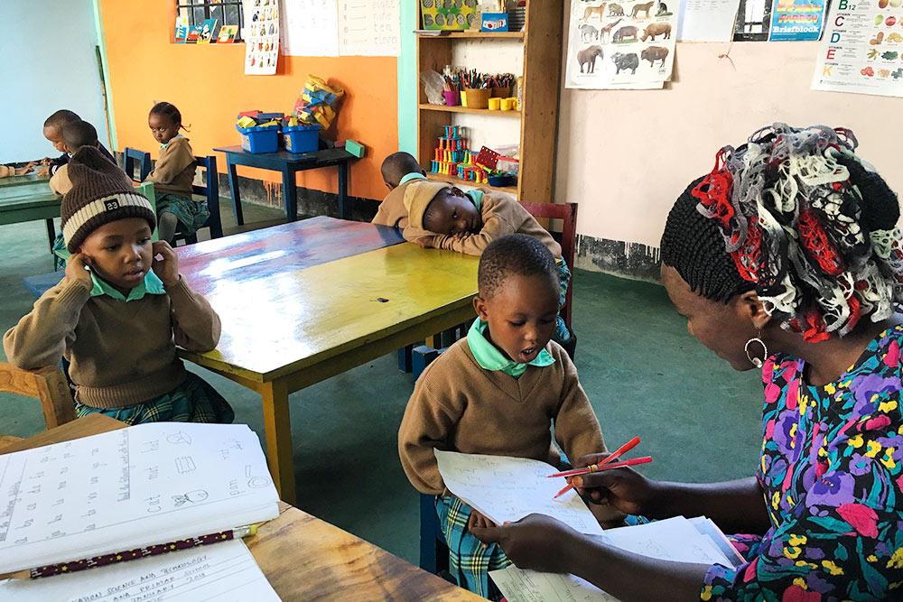 Экзамен поанглийскому вобычной школе, первый иливторой класс. Дети должны знать такие слова, как«кот», «шляпа», «ручка»