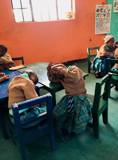 Дети вшапках. Наулице январь, самое теплое время года, нодлятанзанийцев всеравно прохладно поутрам