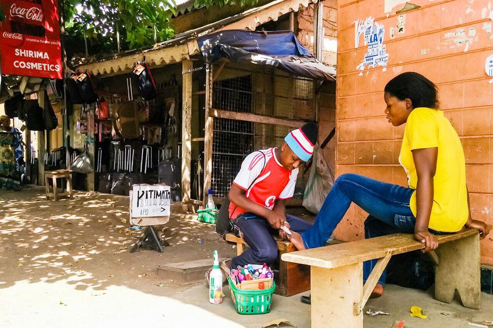 Салон красоты вМоши. Танзанийки стараются следить завнешним видом, поэтому услуги всфере красоты пользуются большой популярностью. Можно найти предложение налюбой бюджет
