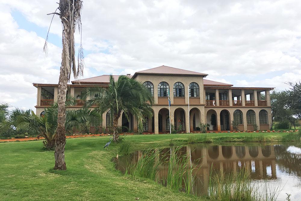 Таквыглядит главная резиденция «Килигольфа» — тамнаходится клуб иресторан. Отель икоттеджи дляпроживания — чуть поодаль