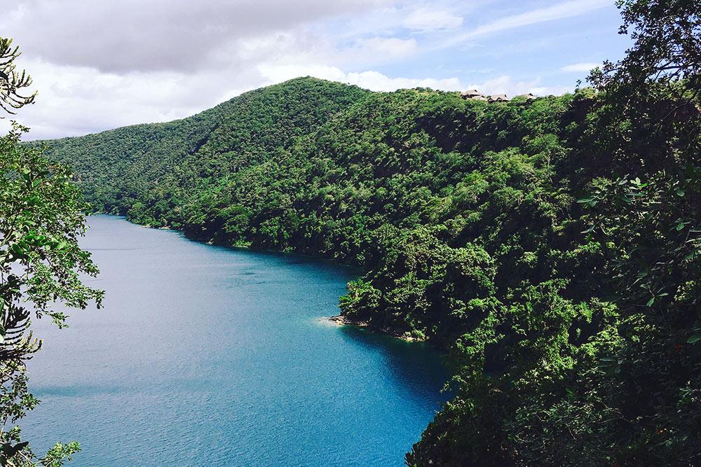Озеро Чала — понему проходит граница между Кенией иТанзанией. Мыбрали каяки варенду вместном туристическом центре икатались несколько часов