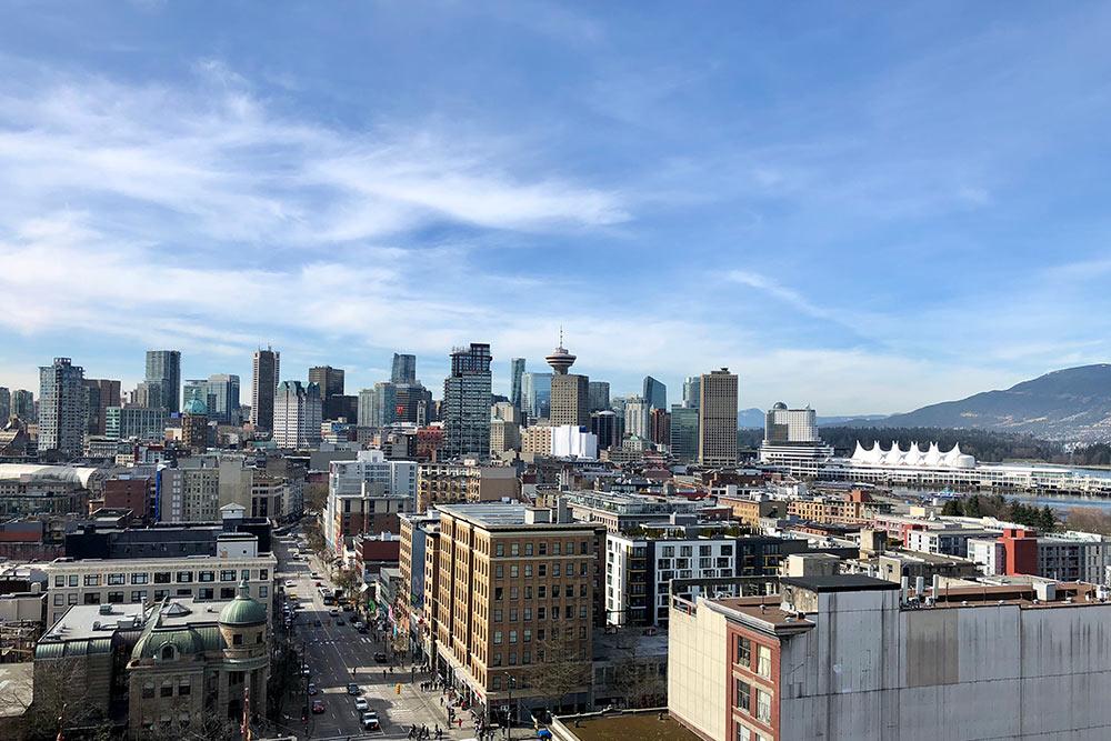 Вид наВанкувер. Белое здание справа, похожее нашатер, — этокомплекс «Канада-плейс». Тампроводят большинство массовых мероприятий, например гуляния вДень Канады, который празднуют1июля