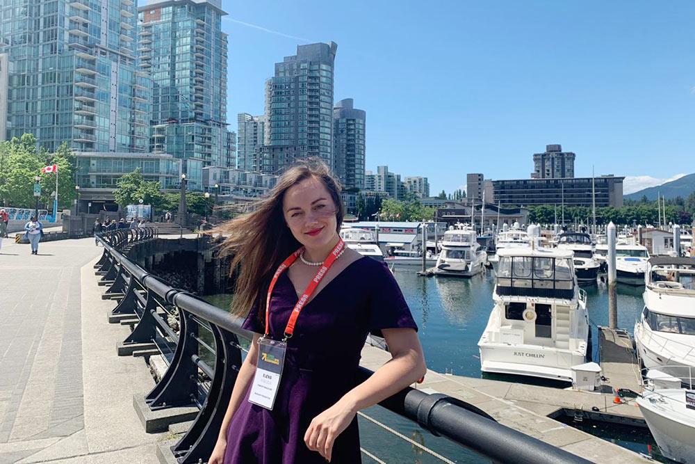 Это я во время своего первого приезда в Ванкувер для участия в конференции Women Deliver. Больше всего мне тогда запомнилось выступление Рои Махмуд — девушки из Афганистана, которая открыла ИТ-компанию, где работают женщины-программисты. И это в стране, где женщинам сложно получить даже простое школьное образование. Такие примеры очень вдохновляют