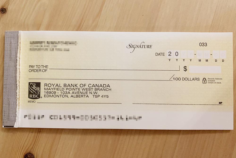 Несколько лет назад Андрей заказал чековую книжку в своем банке за 50&nbsp;CAD (2850&nbsp;<span class=ruble>Р</span>). Чеков там так&nbsp;много, что ему их хватает до сих пор