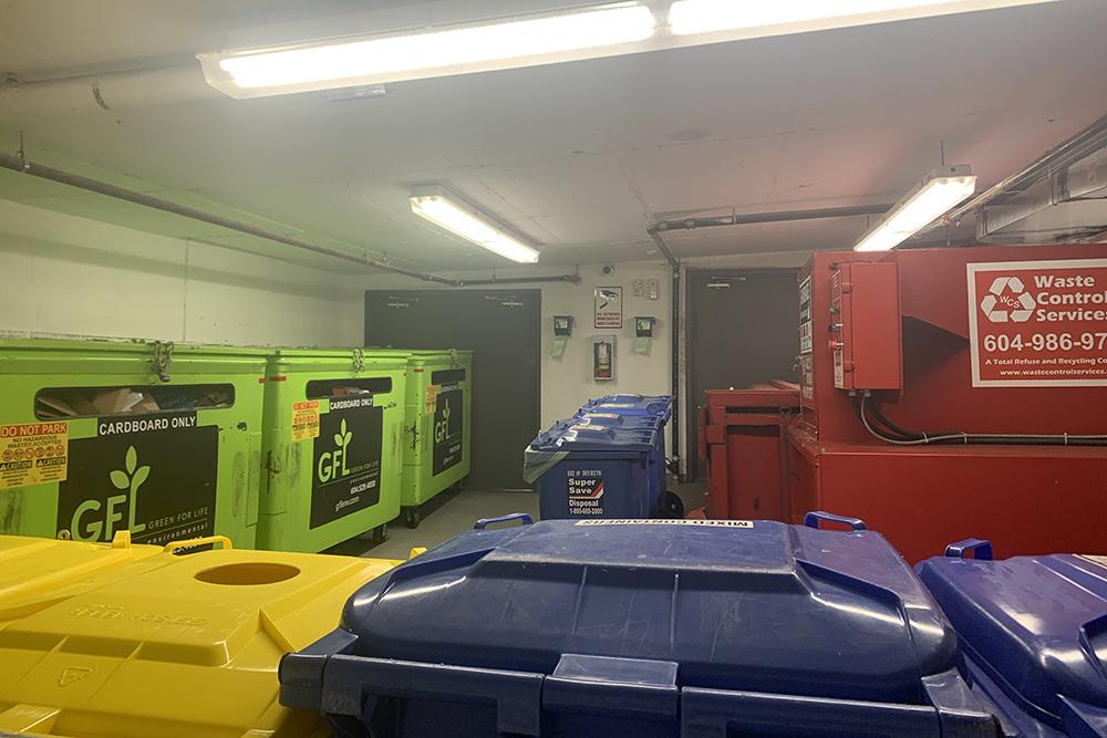 ВКанаде принято сортировать мусор, инаш дом неисключение. Мусор мыотвозим вспециальную комнату нанижнем этаже, гдепластик, стекло, алюминий, картон ибумагу, атакже остальные отходы нужно распределить поконтейнерам. Заправильностью сортировки следит менеджер дома