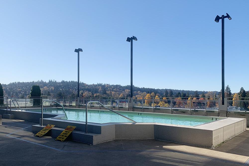 Кроме тренажерного зала дляжителей дома есть бассейн, нооннаходится подоткрытым небом иработает только весной илетом