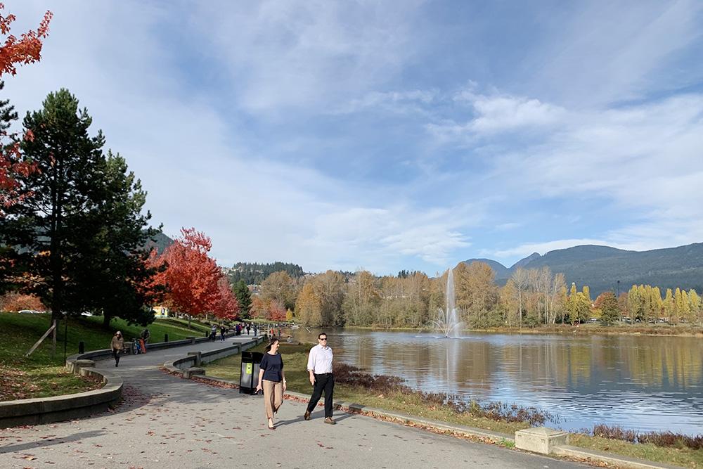 Вдесяти минутах ходьбы отдома естьпарк «Таун-Сентр» сживописным озером Лафарж. Вперерывах между работой янагуливаю тампо 8—10 тысяч шагов, слушая подкасты иаудиокниги