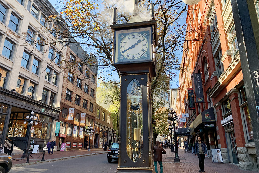 Паровые часы в Гэстауне — районе, из которого в 1870-х развился Ванкувер. Паровой двигатель у основания корпуса заводит часы, поднимая цепь с гирьками. Они бьют каждые 15минут, а раз в час выпускают облако пара и воспроизводят известную мелодию — Вестминстерский перезвон. Подобных часов в рабочем состоянии в мире меньше десятка