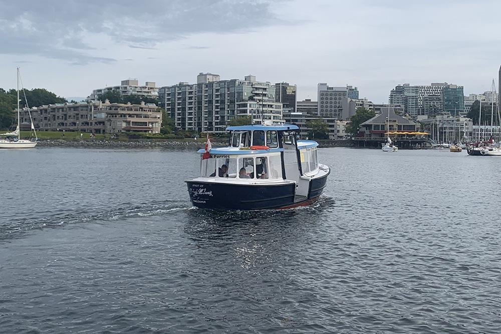 До коронавируса такие паромы Falls Creek Ferries перевозили по 12человек. Сейчас6 — это максимум. Расстояние между остановками разное, самая короткая поездка займет 3минуты