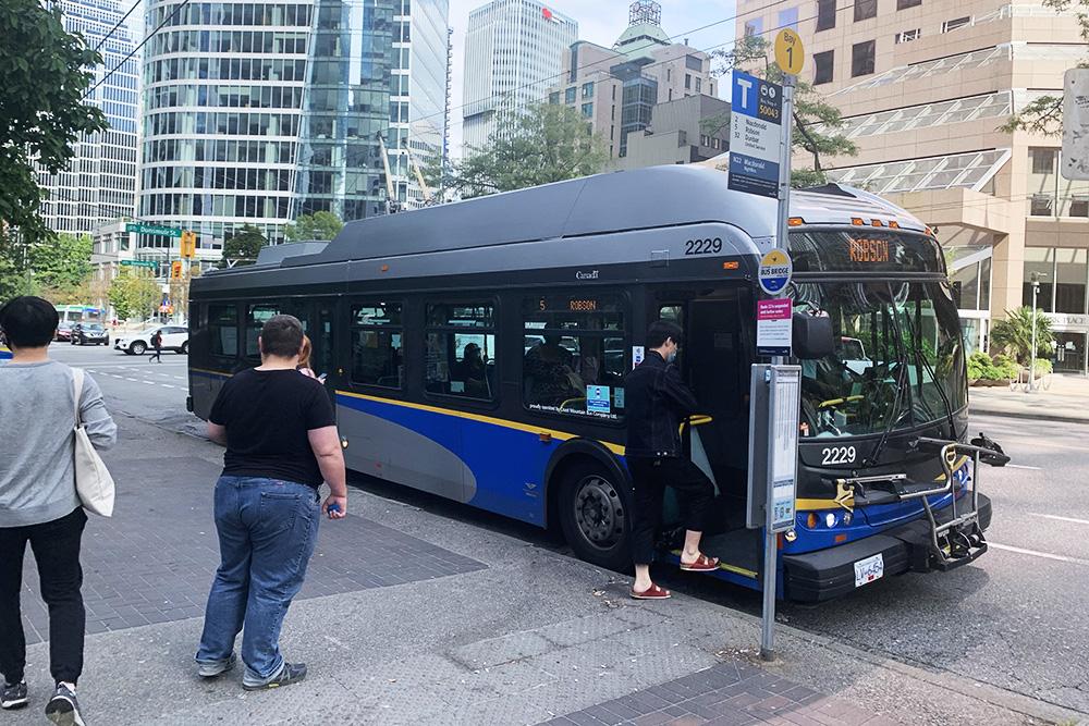 Крепление напереднем бампере автобуса предназначено дляперевозки велосипедов
