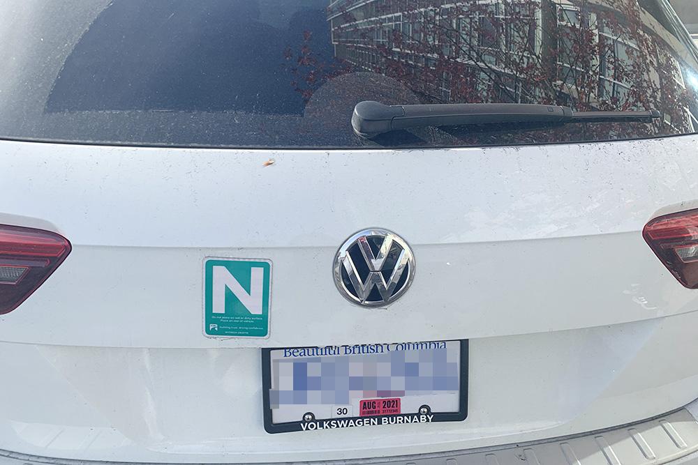 Буква N говорит о том, что у водителя этого автомобиля права новичка