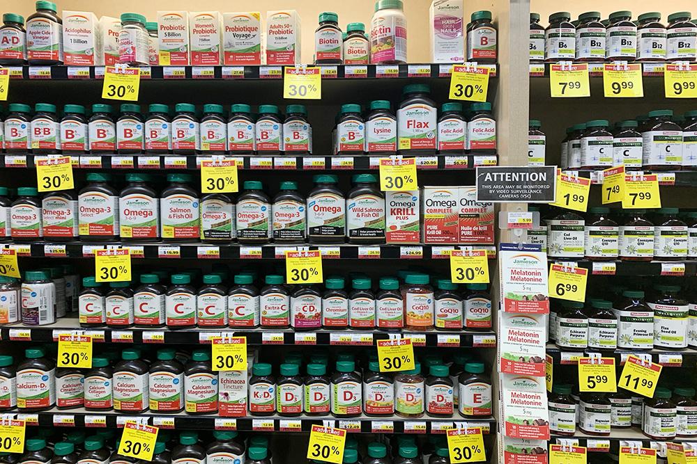 Без рецепта в канадских аптеках можно купить только что-то очень простое вроде таблеток от простуды илиголовной боли, а еще витамины