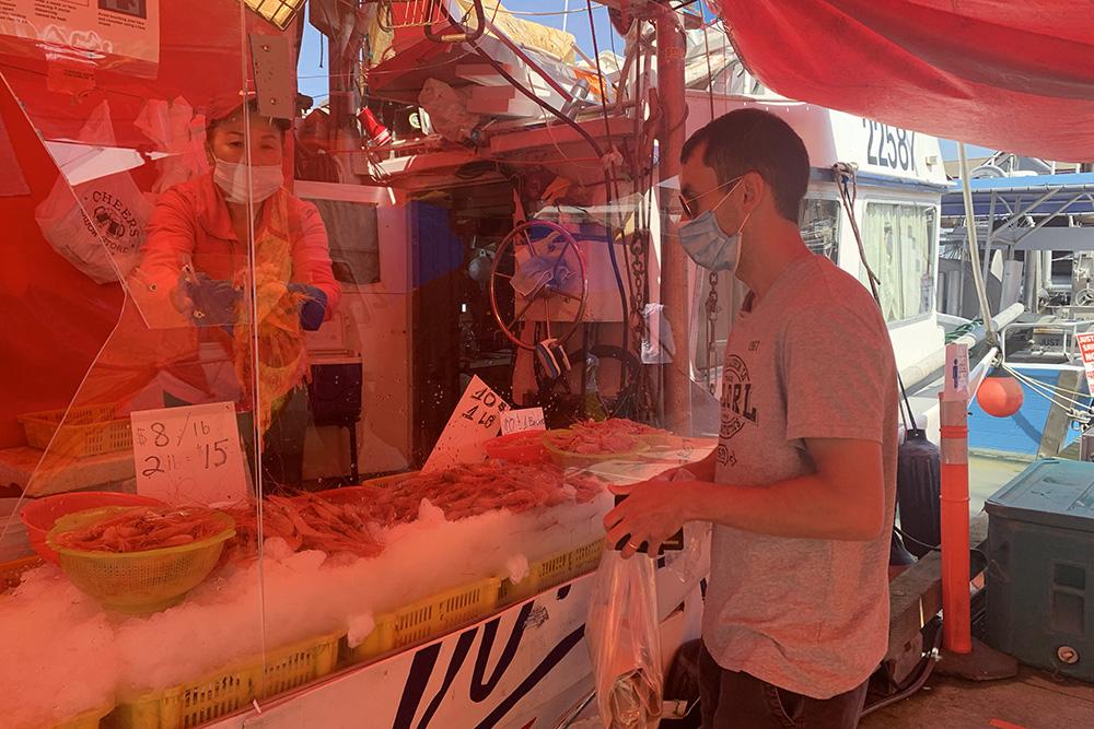 На&nbsp;рыбный рынок в&nbsp;Ричмонде лучше приезжать к 8—9 утра, чтобы выбор был больше. За&nbsp;10&nbsp;CAD (570&nbsp;<span class=ruble>Р</span>) Андрей покупает там&nbsp;500&nbsp;граммов креветок прямо с&nbsp;лодки