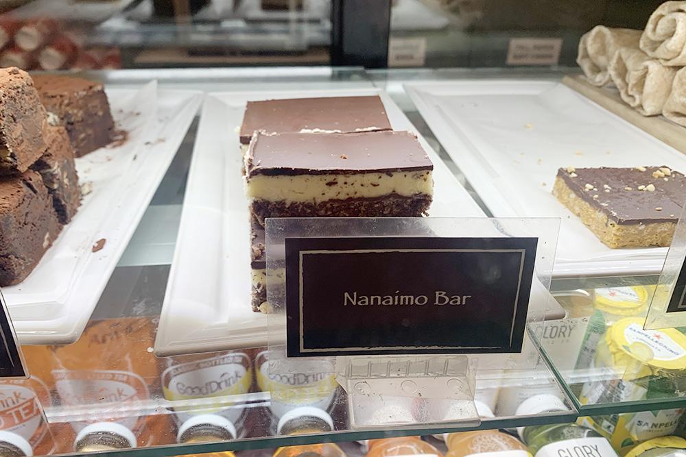 Популярный местный десерт — батончик «Нанаймо», названный в&nbsp;честь одного из&nbsp;городов в&nbsp;Британской Колумбии. Это&nbsp;трехслойное пирожное: первый слой — вафельно-орехово-кокосовая начинка, второй — глазурь из&nbsp;заварного крема, третий — шоколадный ганаш. Представьте, какой там&nbsp;накал сладости! Средняя цена батончика — 4&nbsp;CAD (228&nbsp;<span class=ruble>Р</span>)
