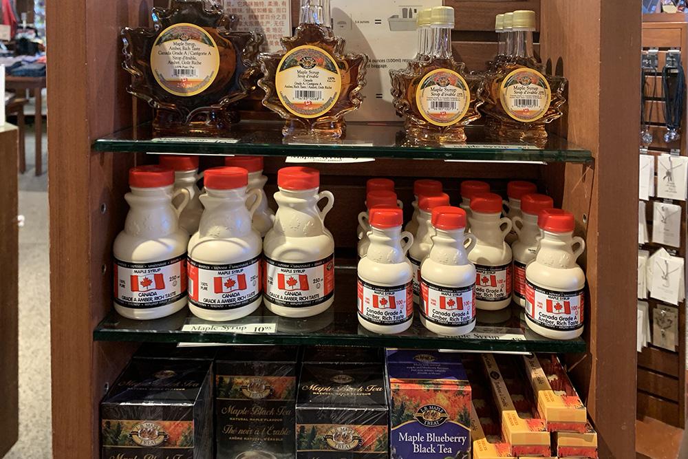 Помимо бутылочек скленовым сиропом туристы могут привезти изКанады, например, кленовый чай