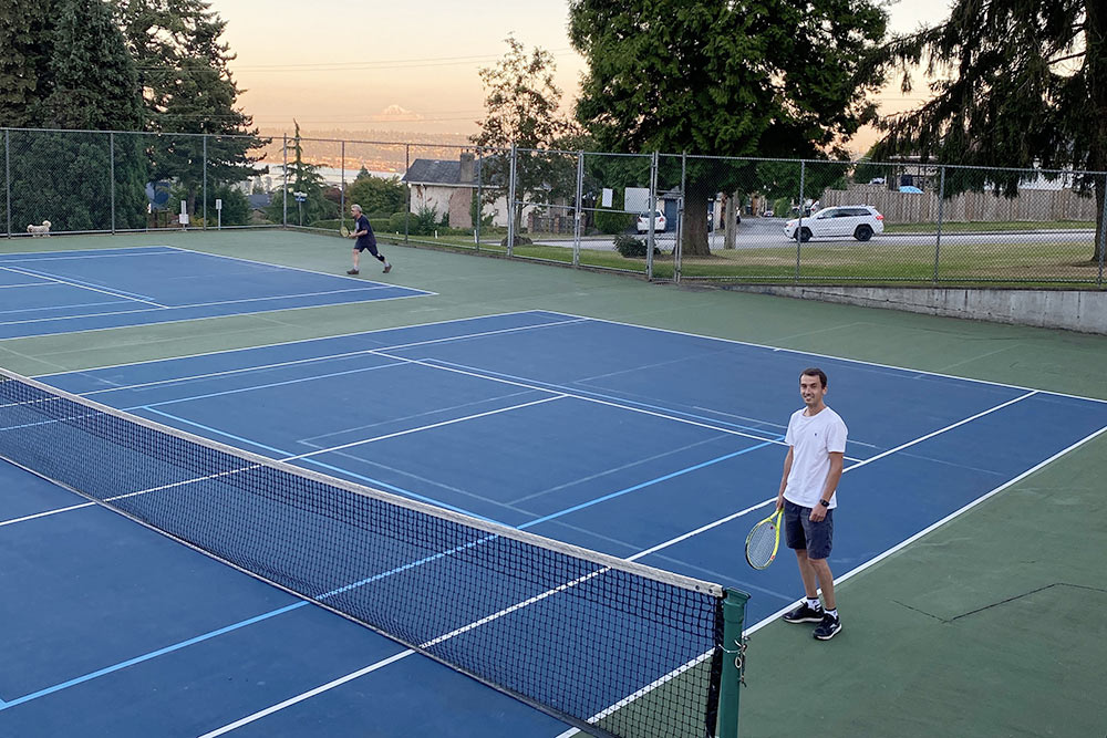 Андрей с7лет играет вбольшой теннис. УжевКанаде онполучил лицензию тренера ивсвободное время может проводить занятия дляновичков