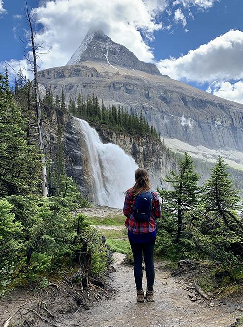 Одна из изюминок Berg Lake Trail — Императорские водопады, к которым можно подойти вплотную, чтобы освежиться холодными брызгами