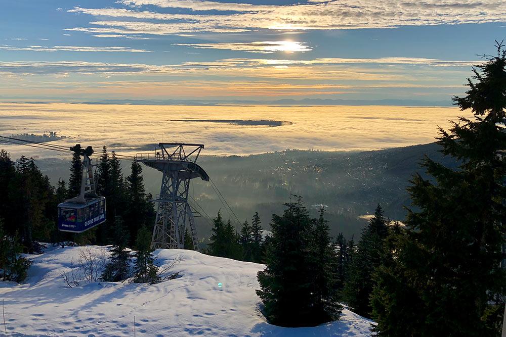 Вид с горы Граус. Слева из облаков выглядывает Даунтаун Ванкувера