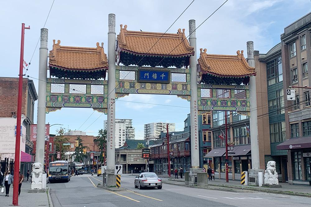 Арки Chinatown Millennium Gate обозначают вход в Китайский квартал Ванкувера