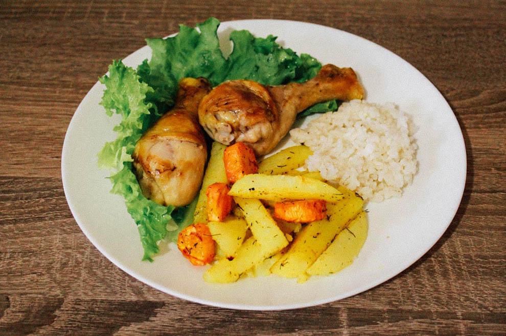 Рис с запеченными куриными ножками и картошкой