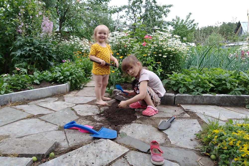 Аглая играет с двоюродной сестрой, пока мы работаем