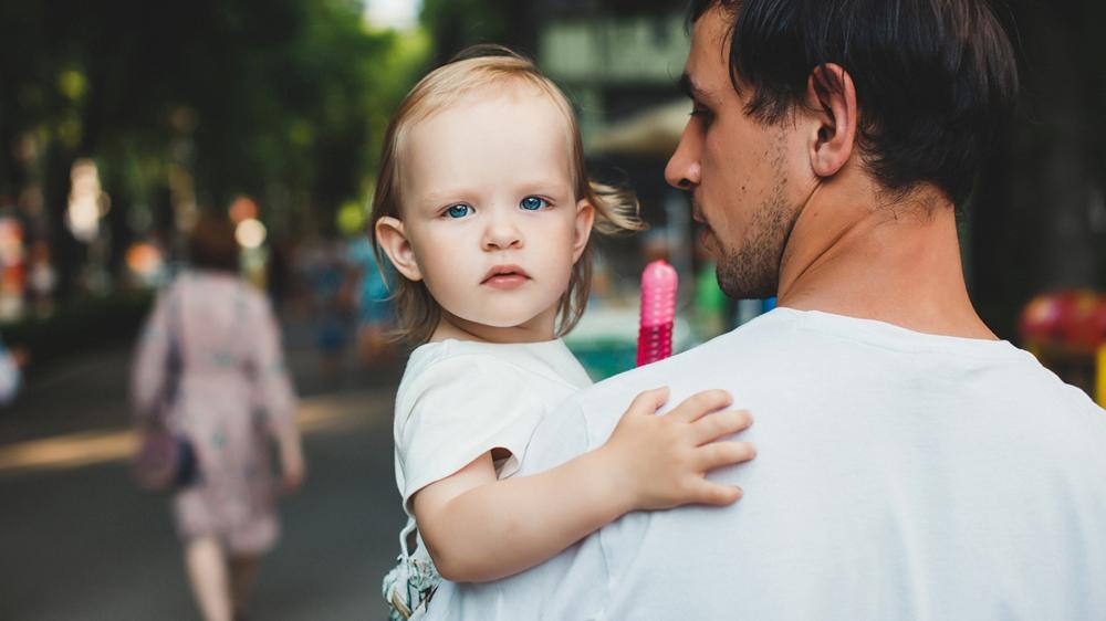 «Сижу в декрете с двухлетней дочерью и зарабатываю»: история молодого отца