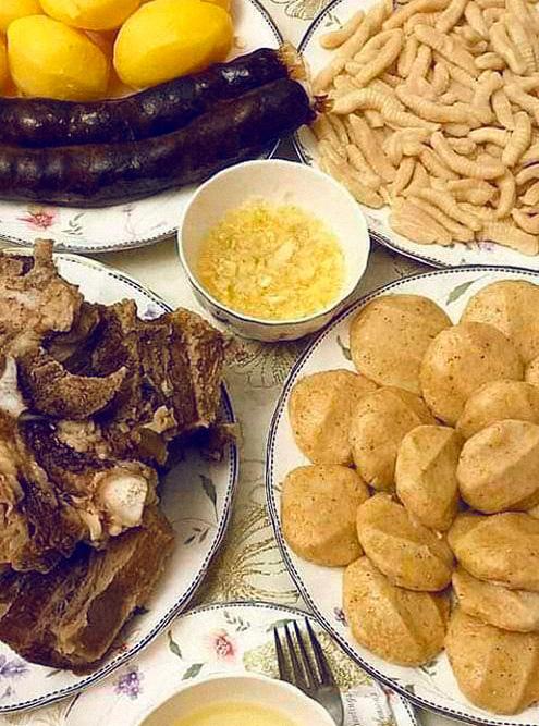 В горах на столе почти не встретишь продуктов из магазина. Всё домашнее — мясо сушат прямо во дворе, хлеб пекут в печи. Фото: Хасбулат Гасайниев