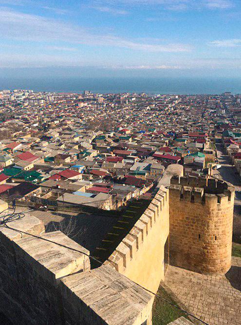 В крепости Дербента сохранились бани, система водоснабжения из керамических труб, остатки шахского дворца и подземная тюрьма «зиндан»