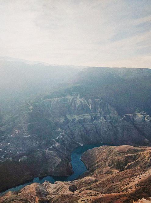 Ехать на Сулакский каньон нужно в солнечную погоду. Зимой и осенью его часто закрывает густая дымка