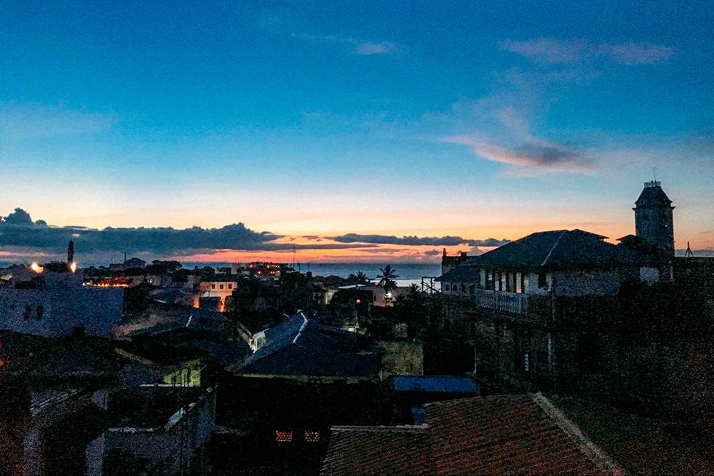 Вид на весь город и океан с крыши хостела, где мы ужинали и завтракали