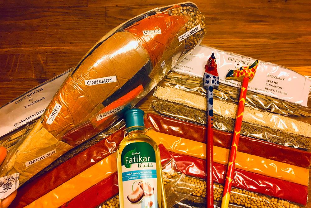 Мы привезли кокосовое масло, рукодельные карандаши с масаем и жирафом и наборы специй