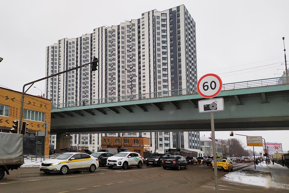 А этот ЖК неподалеку стоит на пересечении двух оживленных улиц. На уровне третьих этажей — автомобильный мост, а в ста метрах железная дорога, которую не видно на фото. Здесь ябы тоже не поселилась: будет шумно