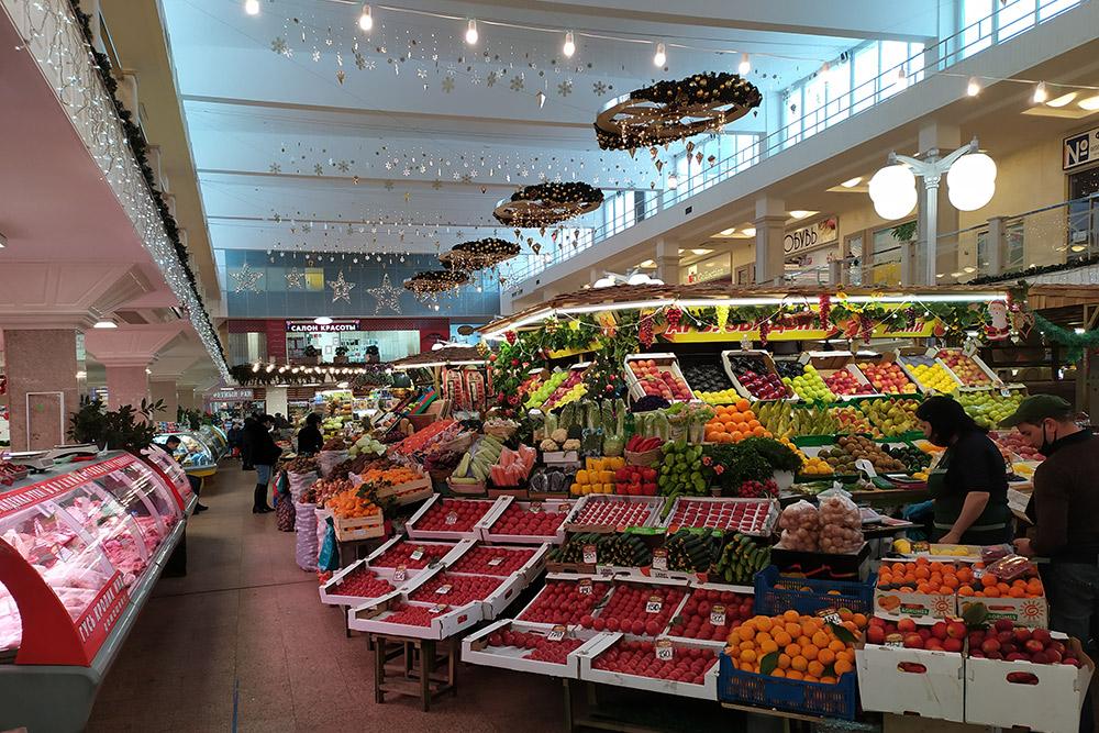 Крытый мини-рынок находится на первом этаже маленького торгового центра. Поэтому перед праздниками там еще и красиво