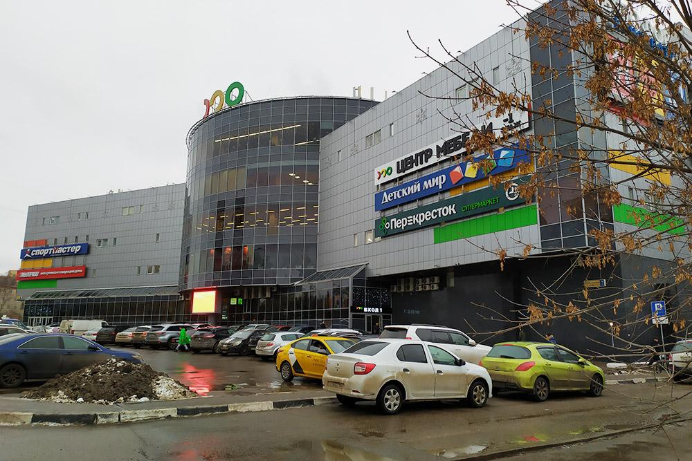 «Светофор» — небольшой торговый центр, и магазинов там не так много. Но мы никогда и не пытались там одеться, ведь есть маркетплейсы